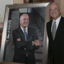 Eduardo Glandt with his portrait.